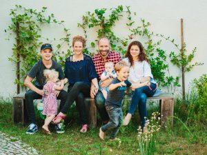 """Die beiden Autoren (Mitte) haben über ihr Familienleben gerade ein Buch geschrieben: """"Stresst ihr noch oder liebt ihr schon?"""", Gütersloher Verlagshaus, 17,99 €Foto: Gene Glover"""