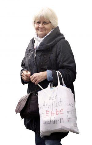 10.10.2016, Berlin. Irmela Mensah-Schramm (70) beseitigt rechte Hassparolen, Aufkleber, Graffiti und Symbole.Foto: imago/Sabine Gudath