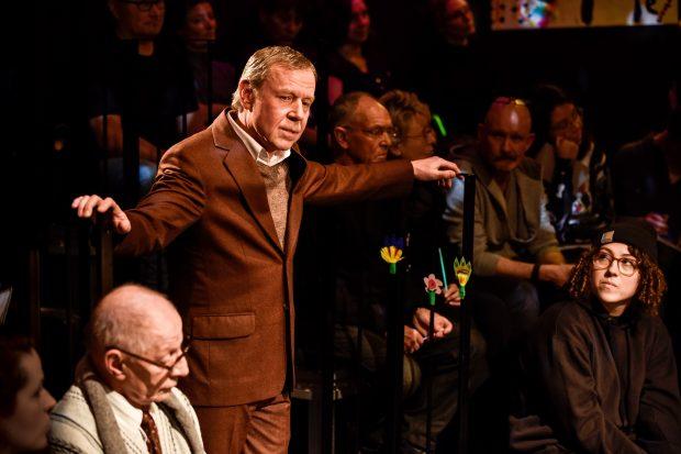 Feiernder Patriarch: Jörg Pose als Vater Helge – Foto: Arno Declair