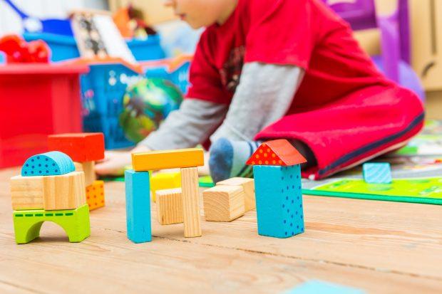Das Spiel ist wichtig für die kindliche Entwicklung. Egal ob es nun aus dem Bauen mit Klötzchen oder dem Verkleiden besteht. Foto:: © milosz_g – Fotolia.com (#130580915)