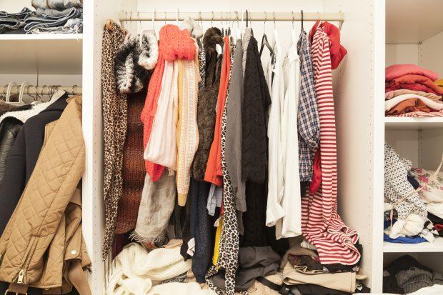 Kleiderschrank voll, und trotzdem nichts Richtiges anzuziehen für die Party oder das Konzert? Wir zeigen, welche Kleiderstücke in jedem Kleiderschrank zu finden sein sollten. Foto: fotolia.com © sp4764 (#86989876)