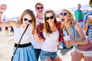 Auf Festivals ist ein lässiger Look – etwa mit Jeans-Shorts und Sonnenbrille – angesagt. Foto: fotolia.com © Halfpoint (#111428819)