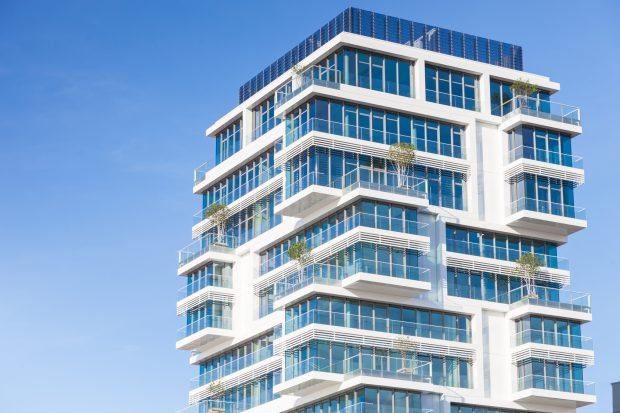 Viele Projekte setzen auf Bauen in die Höhe. In modernen Hochhäusern soll Wohnqualität mit günstigem Wohnraum verbunden werden.   Bild: Fotolia, © Tiberius Gracchus