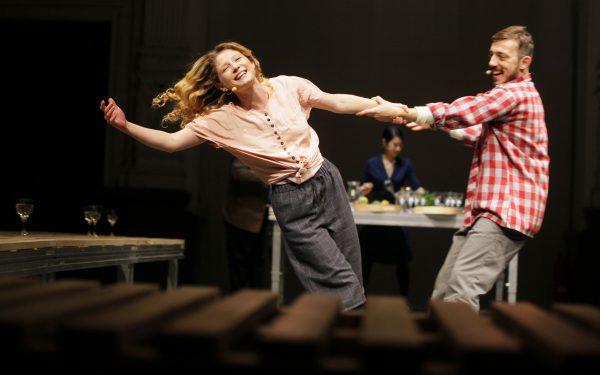 Mit Gastro-Hintergrund: Nicole Sartirani, Michail Fotopoulos – Foto: Ute Langkafel