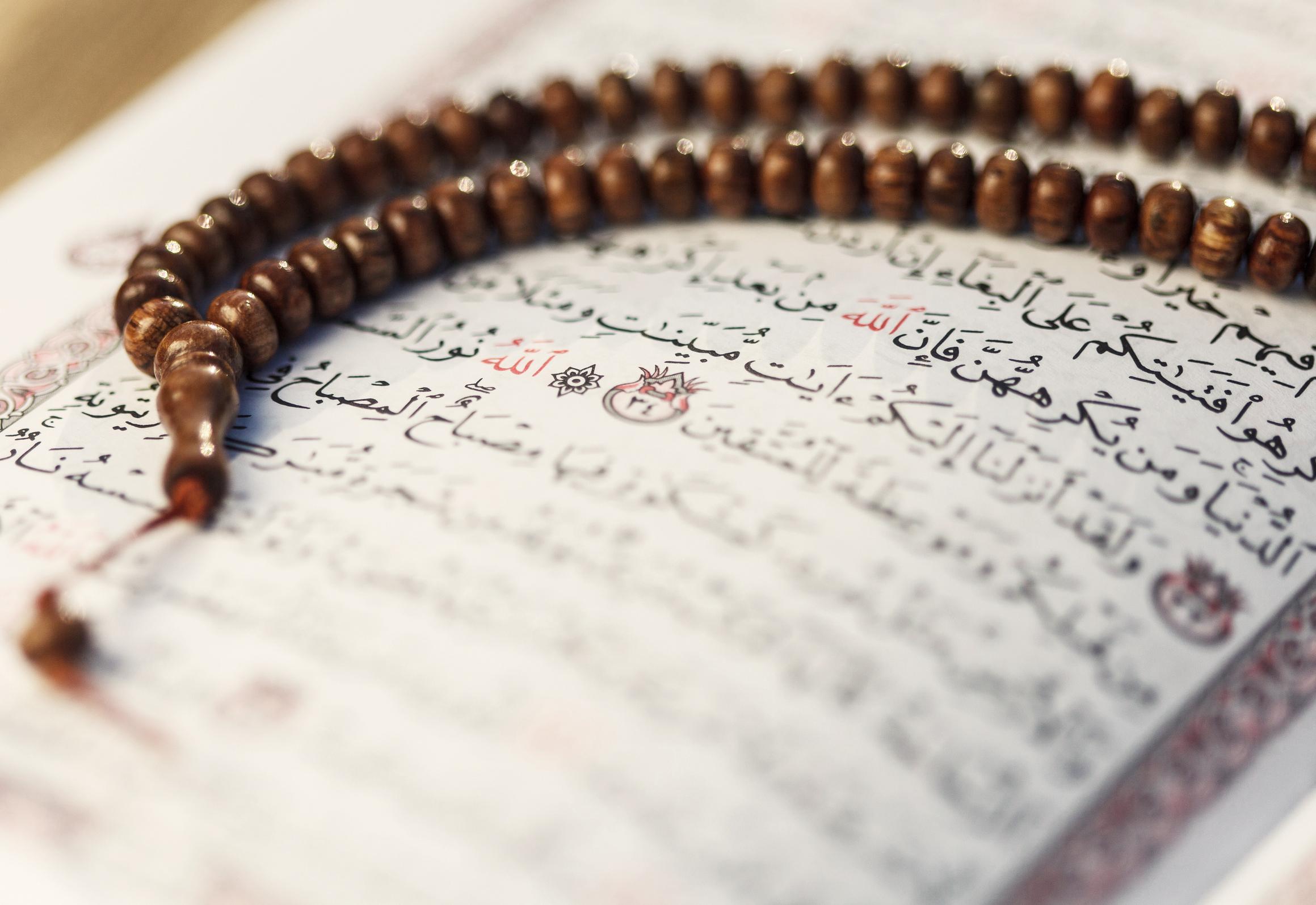 Die Gebetskette und der Koran: In roter Schrift die Stellen, an denen der Prophet genannt ist, mit dem Kreis umrandet die Nummer der SureFoto: Saida Shigapova/ Fotolia