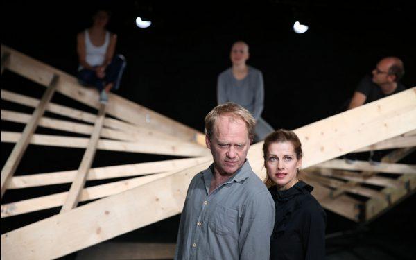 Suche nach Halt: Rainer Strecker, Judith Rosmair – Foto: Anne Schneider