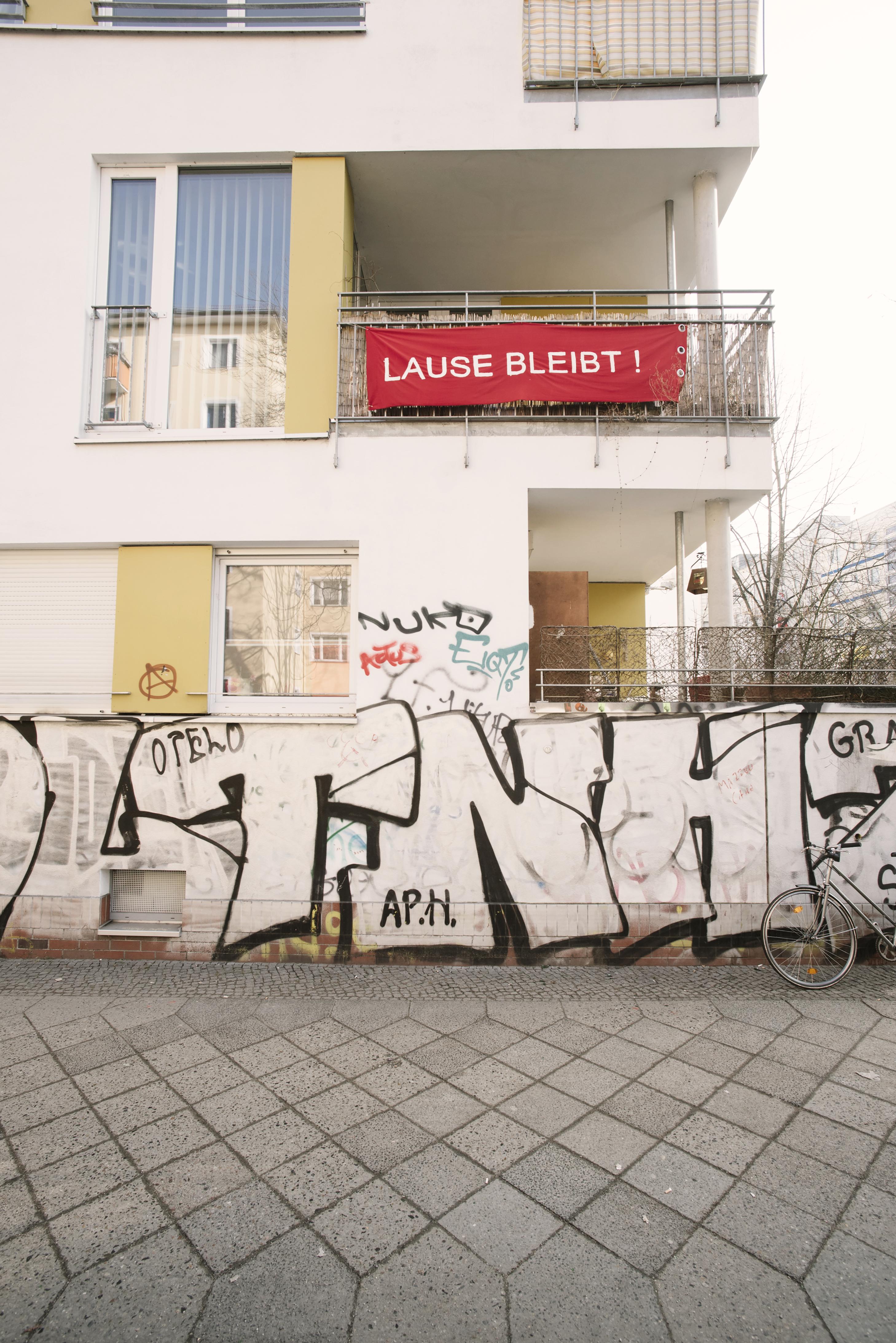 Die Nachbarschaft solidarisiert sich mit der Initiative zur Rettung der Lausitzer Straße 10Foto: Lena Ganssmann