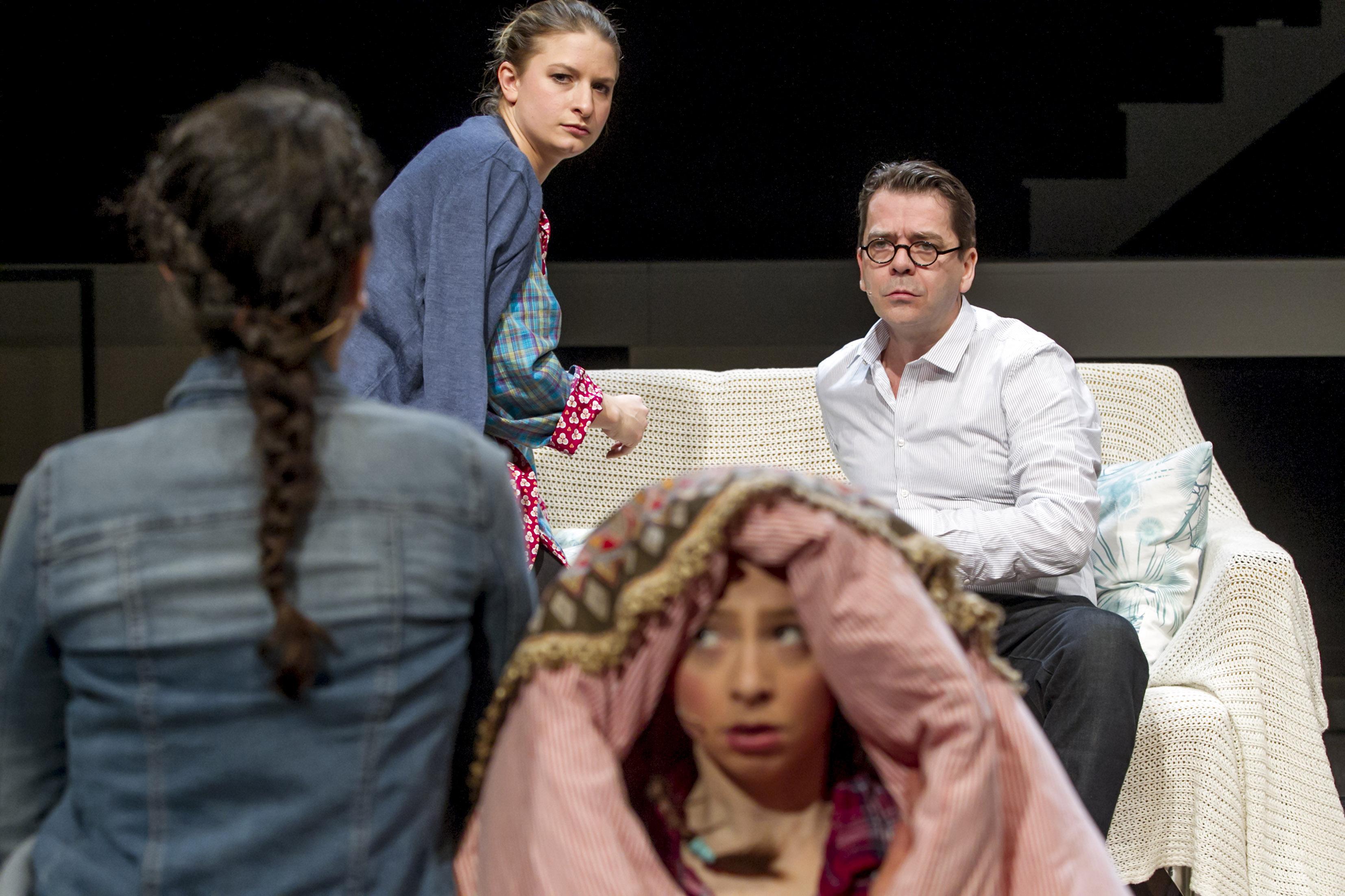 Familienaufstellung:  Amelie Koeder (als Laura, vorne), Esther Agricola, Rene Schubert – Foto: David Baltzer / bildbuehne.de