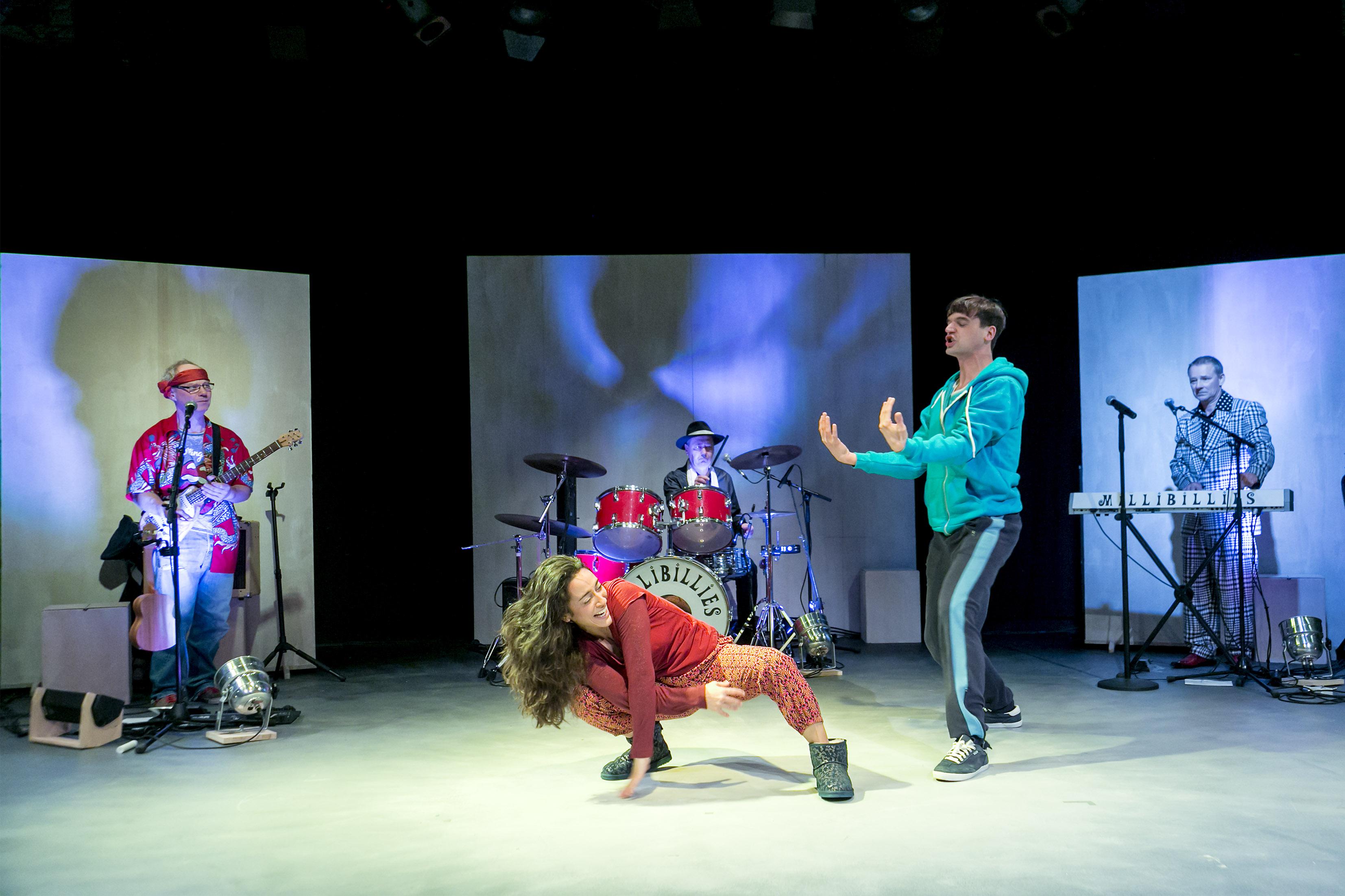 Die Millibillies rocken die Bühne:  Nina Reithmeier und Jens Mondalski (vorne),  Thomas Ahrens, George Kranz und Robert Neumann (hinten) – Foto: David Baltzer / bildbuehne.de