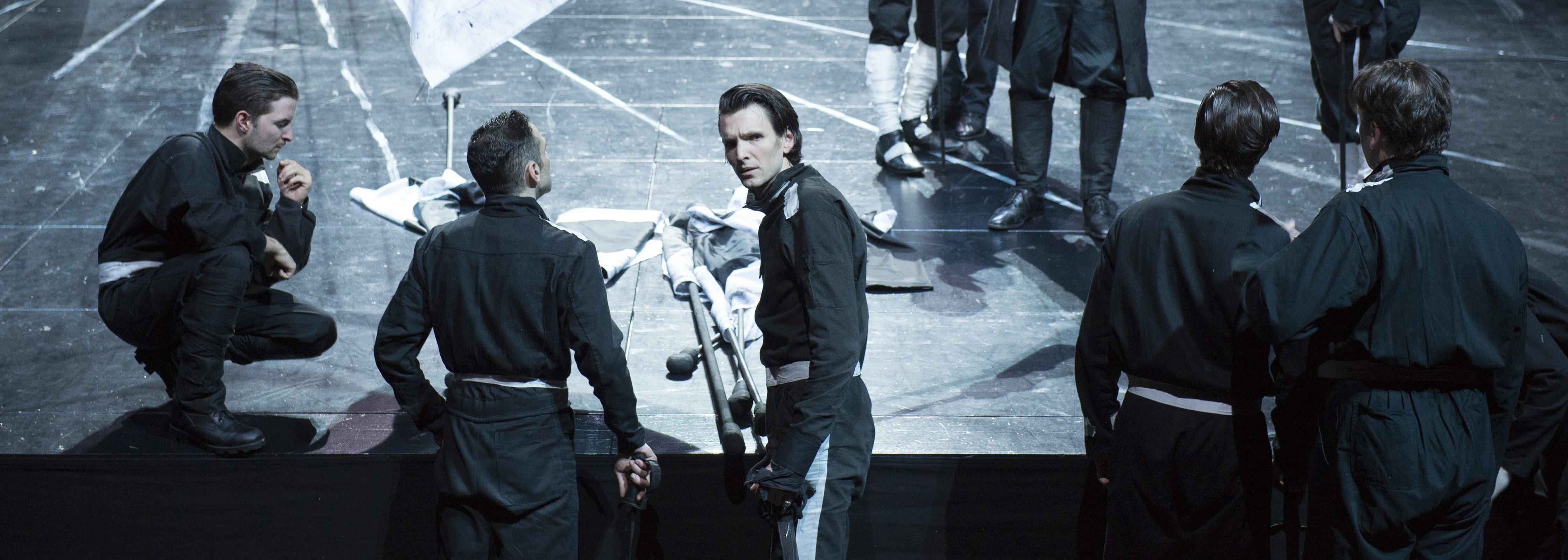 Ende einer Ära: Sabin Tambrea (3.v.l.) in der Titelrolle – Foto: Monika Rittershaus