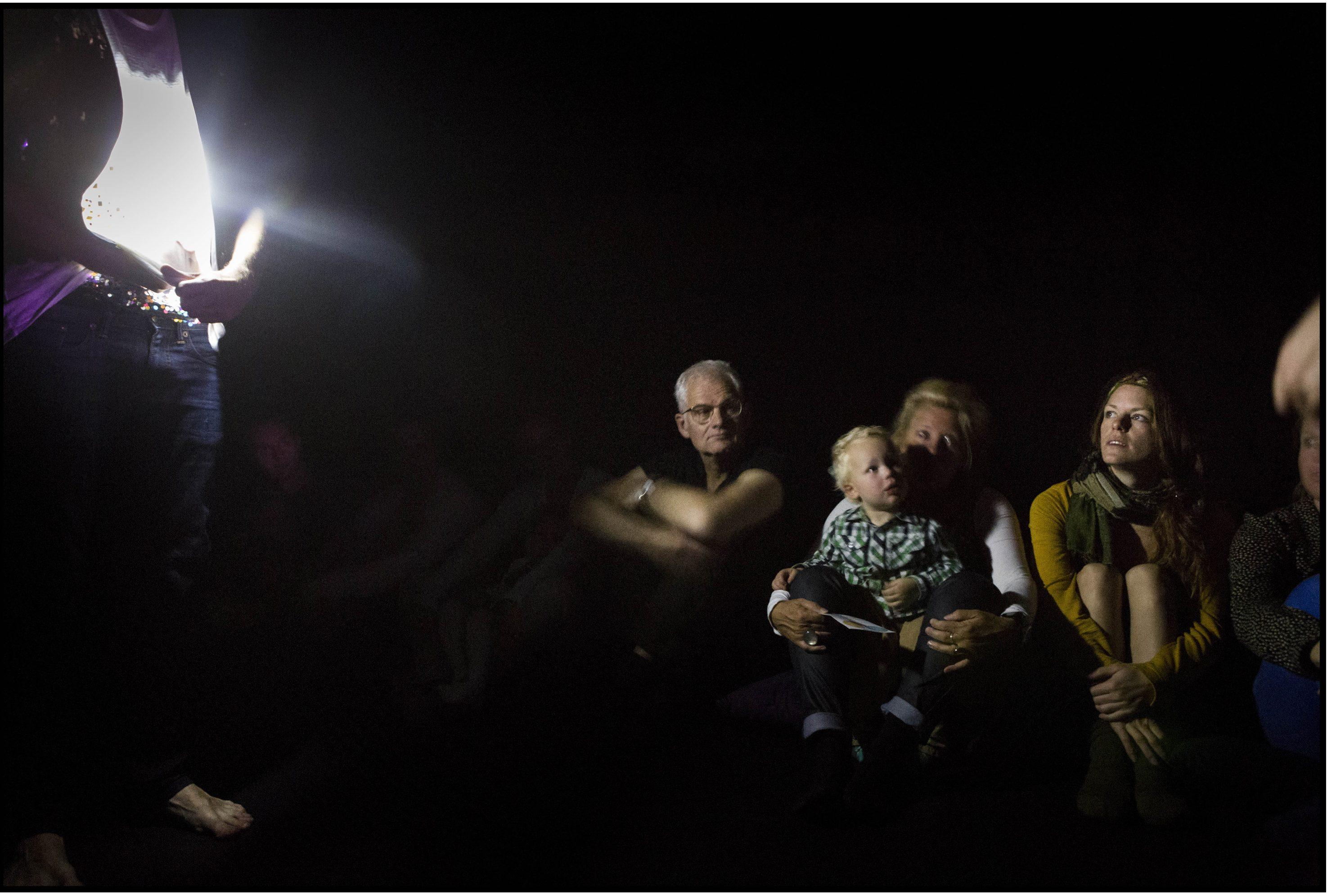 """Performance über Dunkelheit für Kinder von 2 bis 5: """"Nero"""" von Alfredo Zinola und Maxwell McCarthy – Foto: Saris & den Engelsman"""