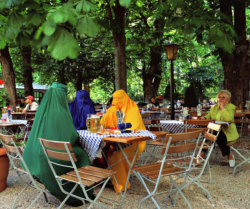 Kritisch, lustig oder dämlich? Aus dem Werk der Preisträgerin: Beate Passow. Burkas im Biergarten Serie: Mode und Bewusstsein. Foto auf Acrylglas kaschiert, 125 x 150 cm. 2006