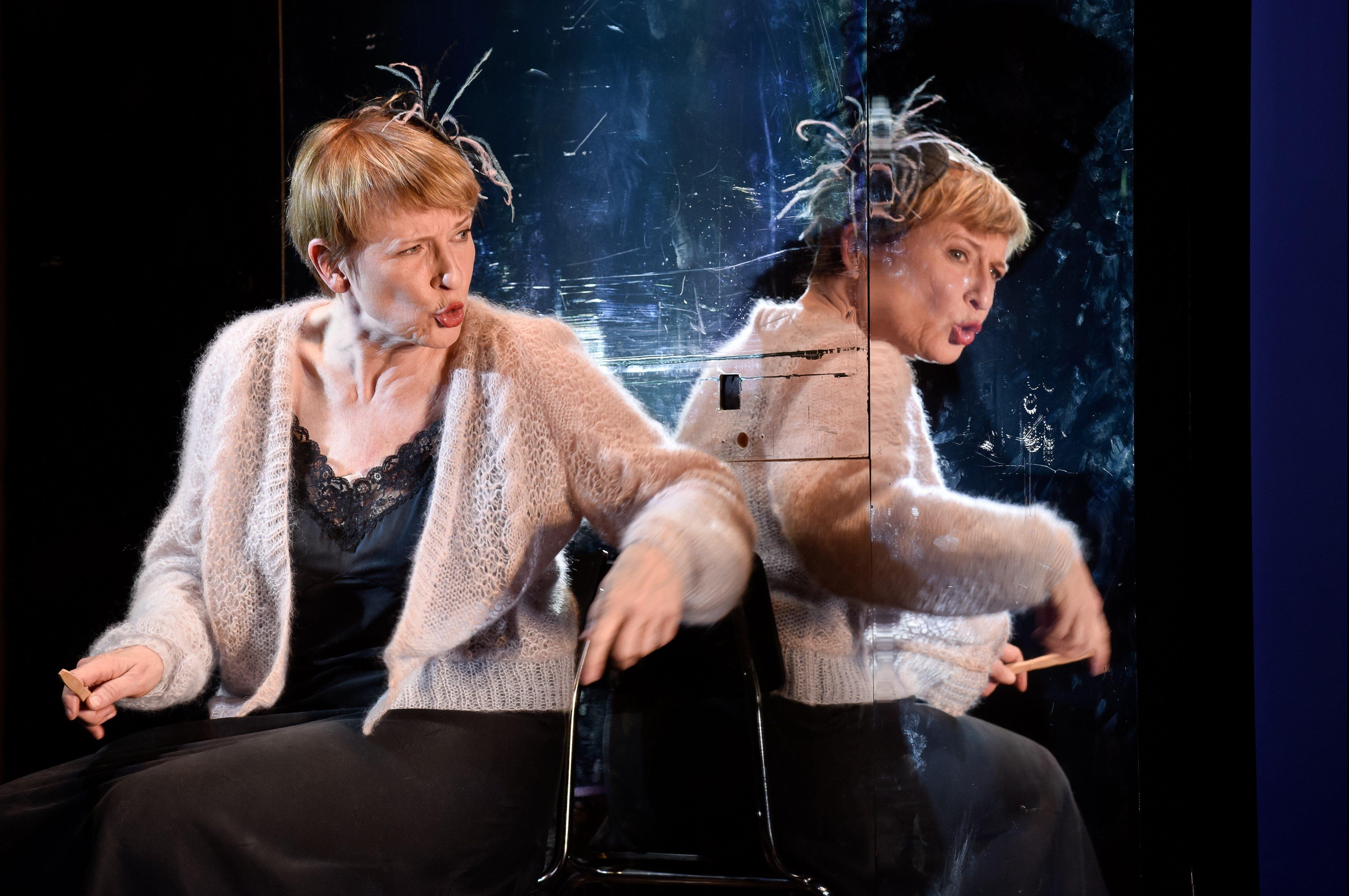 Ohne Erdhügel: Dagmar Manzel als Winnie – Foto: Arno Declair