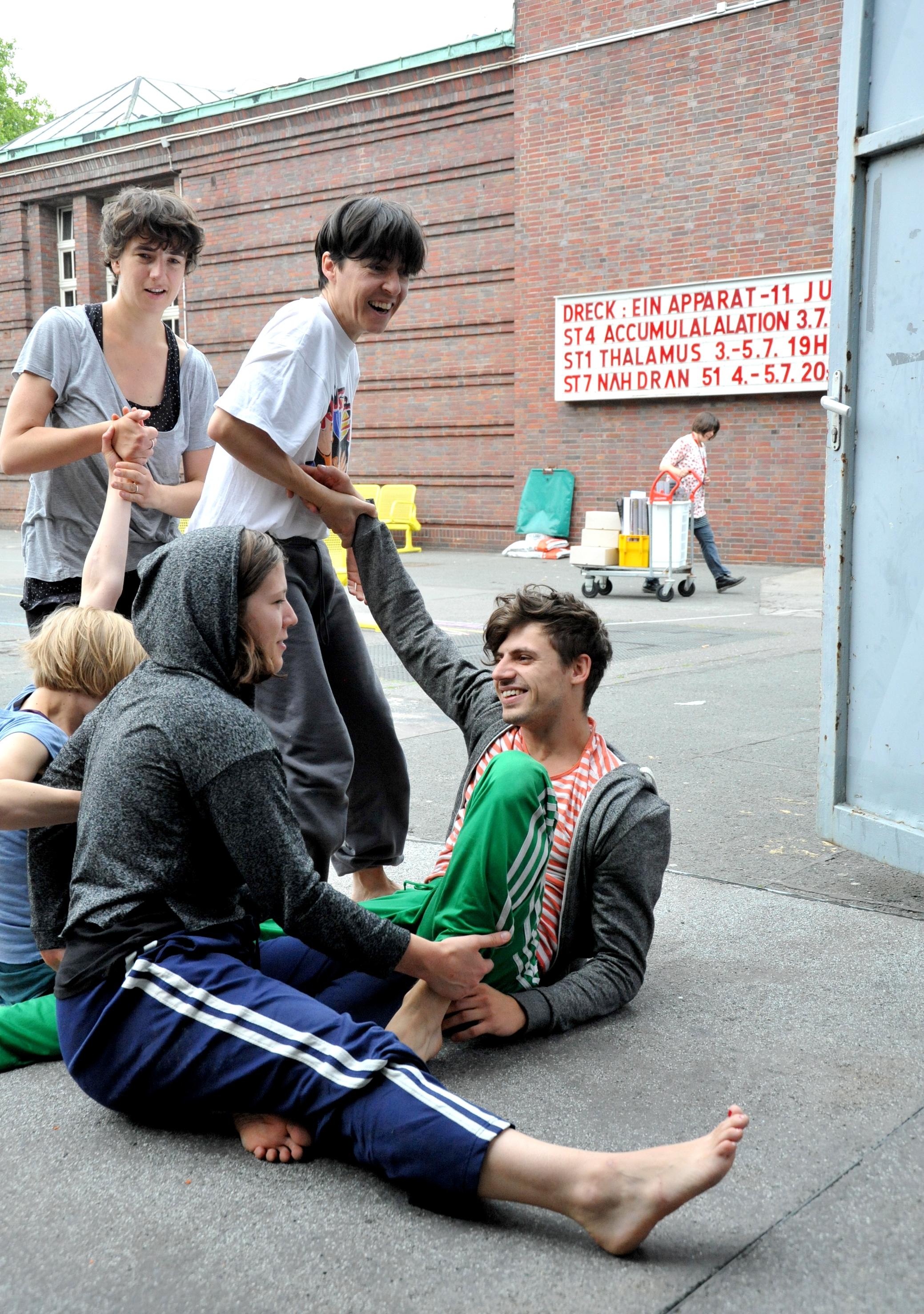 Studierende des HZT beim Stretching vor der Probe im Hof der Uferstudios – Foto: Marion Borriss