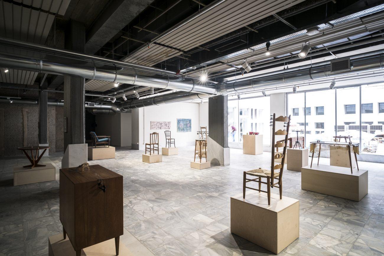 Nevin Aladağ, Music Room (Athens), 2017, Installation mit Möbeln, Haushaltsgegenständen, Teilen von Musikinstrumenten, Performances, Athener Konservatorium (Odeion), Athen, documenta 14. Foto: Matthias Voelzke