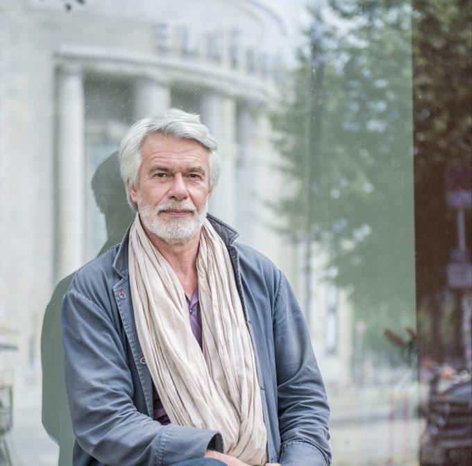 Im Spiegel der Volksbühne: Chris Dercon – Foto: F. Anthea Schaap