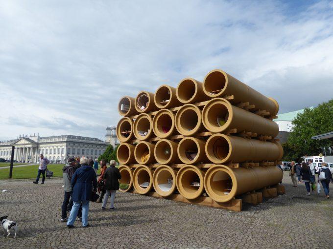 Beitrag von Hiwa K aus Berlin vor der documenta-Halle. Foto: cwa