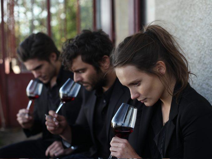 Die Geschwister Jérémie (François Civil), Jean (Pio Marma) und Juliette (Ana Girardot) bei der WeinprobeFoto: Studiocanal GmbH