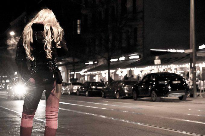Hier auf der Oranienburger Straße sind die Preise hoch und die Probleme klein. Auf der Kurfürstenstraße ist es andersherumFoto: picture alliance / Maximilian Norz