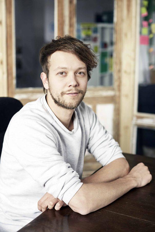 Michael Bohmeyer hat in seinem Leben einige Internet-Startups gegründet, eines davon läuft so gut, dass er als Geschäftsführer aussteigen konnte, aber trotzdem noch eine Gewinnbeteiligung erhält. Ein Grundeinkommen sozusagen. Für ihn die Motivation, auch anderen Menschen ein solches anzubieten