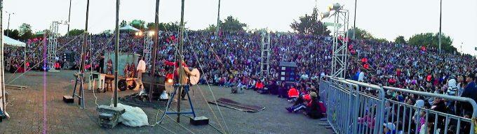Zehntausende Zuschauer verfolgten in Bogotá das Straßentheater von Ton und Kirschen aus Brandenburg – Foto: John Kilby