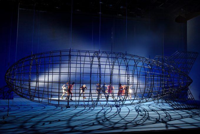Das Bühnenbild eines Zeppellin-Gerippes hat Herbert Fritsch wie stets selbst entworfen – mithilfe eines Architektur-Computerprogramms – Probenfoto: Thomas Aurin