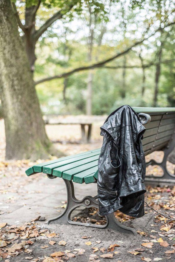 Eine Bank im  Tiergarten: Hier trifft man die jungen  Männer. Doch nicht alle wohnen im Park: Manche leben in Flüchtlingsunterkünften – einige auch bei FreiernFoto: F. Anthea Schaap
