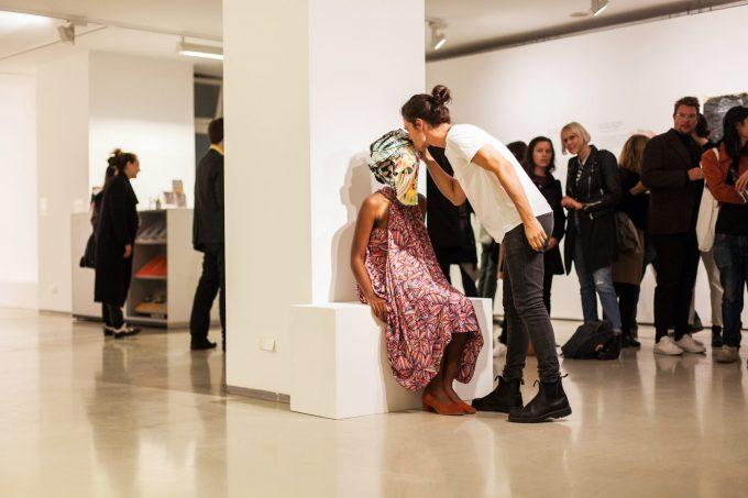 "Wura-Natasha Ogunji, The Kissing Mask"" (2015/2017) Performance in der ifa-Galerie Berlin am 28.9.2017 Performerin: Aicha Diallo Foto: Victoria Tomaschko"
