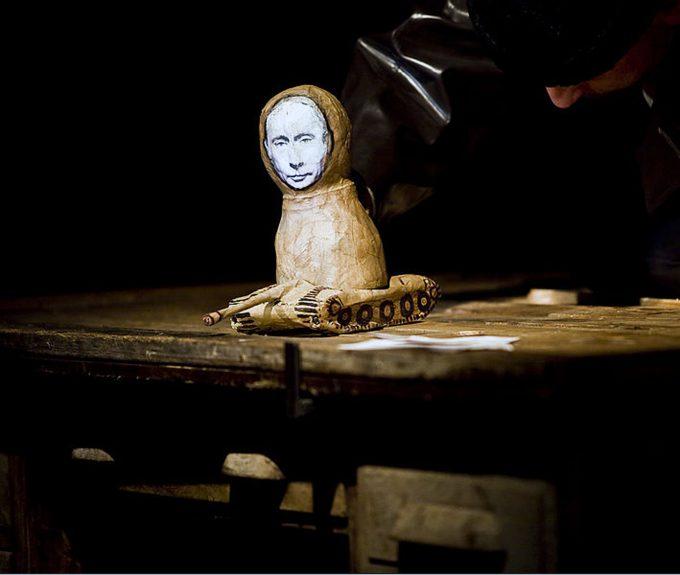 Putin als Protagonist: Der Tscheche Divadlo Líšen entfaltet mittels der Aufzeichnungen der 2006 ermordeten russischen Journalistin Anna Politkovskaja die Satire einer Matrjoschka-Gesellschaft – Foto: Vojtech Brtnický