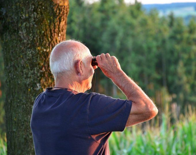 Foto: https://pixabay.com/de/senior-mann-m%C3%A4nnlich-wandern-2642041/