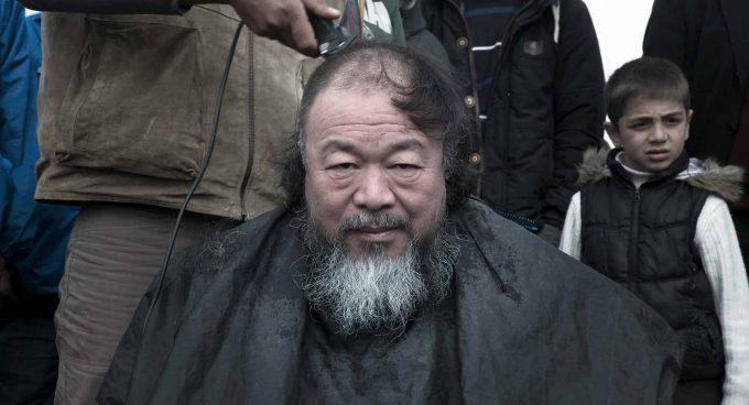 Ai WeiWei lebt mit Partnerin und Sohn in Berlin, wo er als Professor an der Universität der Künste unterrichtet. Der Sohn des verfemten Dichters Ai Qing wuchs in der Verbannung auf. Der regimekritische Künstler war in China 2011 an unbekanntem Ort inhaftiert und hatte bis 2015 Reiseverbot. Am 16. November bringt Ai Weiwei, 60, seinen ersten Film in deutsche Kinos.