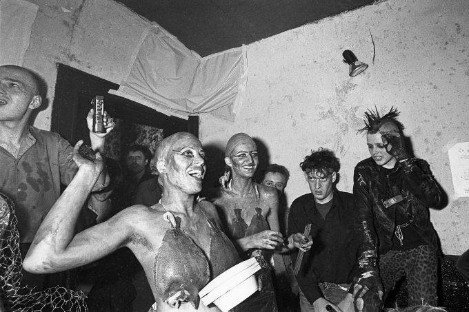 """1982 im Hinterzimmer des Risiko während der Performance """"Wassermusik"""" Foto: Anno Dittmer"""