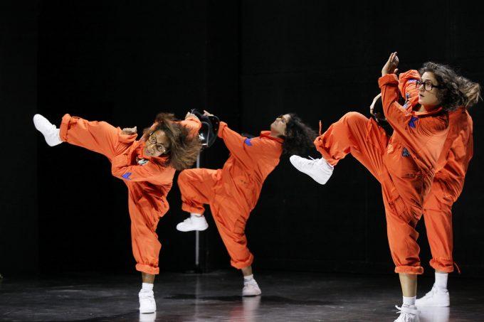 Völlig schwerlos: fulminantes Frauenensemble: Abak Safaei-Rad, Nora Abdel-Maksud, Suna Gürler – Foto: Ute Langkafel/Maifoto