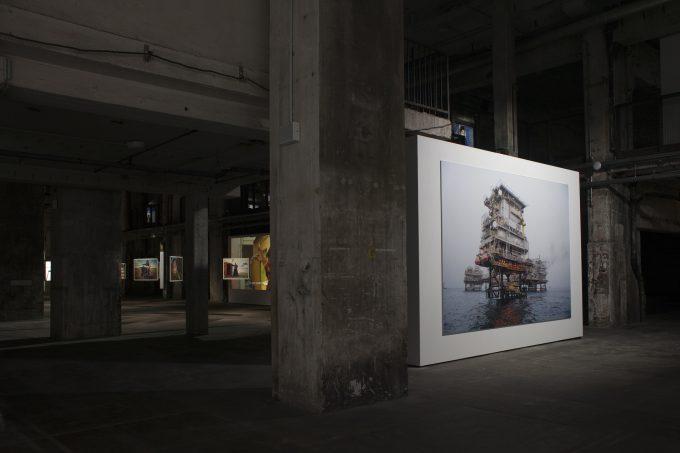 Ansicht der Ausstellung im Kraftwerk Köpenicker Straße: Khalifa Al Obaidli: Zuhause / Fertigungsstation 3.; Bul Hanine Ölfeld © Patricia Schichl