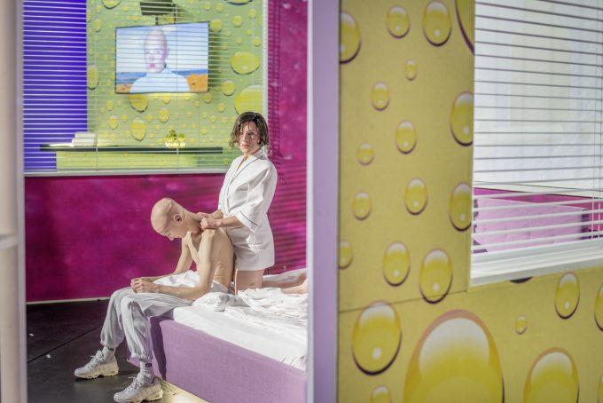 In der Alles-ist-gut-Hölle: Niels Kuiters, Bianca van der Schoot – Foto: Julian Roeder
