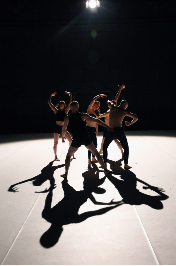 """Man Made"", Jan Martens Choreografie für das ""Dance On""-Ensemble – Foto: Dorothea Tuch"