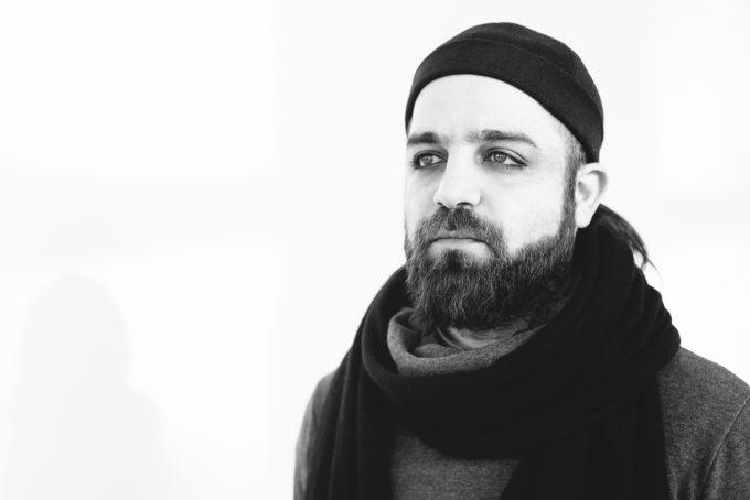 Der Berliner Künstler Azin Feizabadi in der Galerie Wedding. Foto: Lena Ganssmann