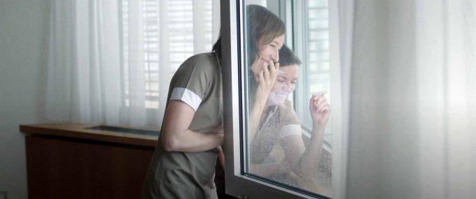 Spaß im Job als Zimmermädchen: Nora (Johanna Wokalek, li.)Foto: Film Kino Text