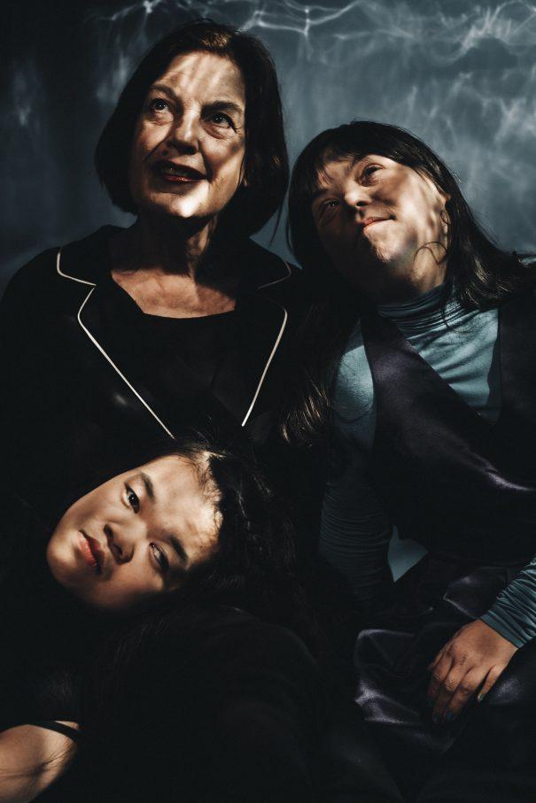 Gestandene Schauspielerinnen: Angela Winkler mit Tochter Nele (re.) sowie Hieu Pham (unten li.) – Foto: Andi Weiland / Theater RambaZamba