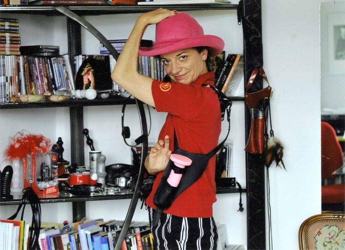 Laura Méritt mit einem Teil ihres Waffenarsenals. Sie nutzt es für den Kampf um die weibliche LustFoto: Polly Fannlaf