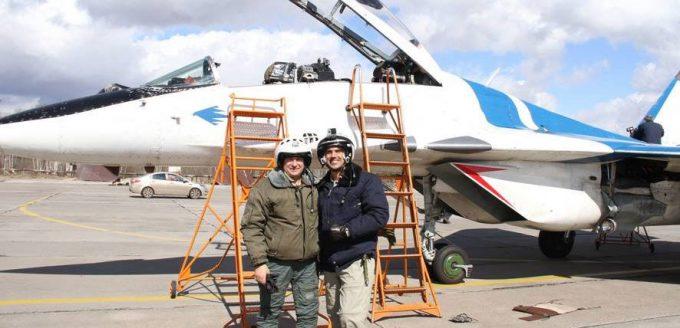 Martin Schranz neben der MiG29 zusammen mit dem Piloten des Flugzeugs. Danach ging es über die Wolken. Foto: © martin-schranz.com