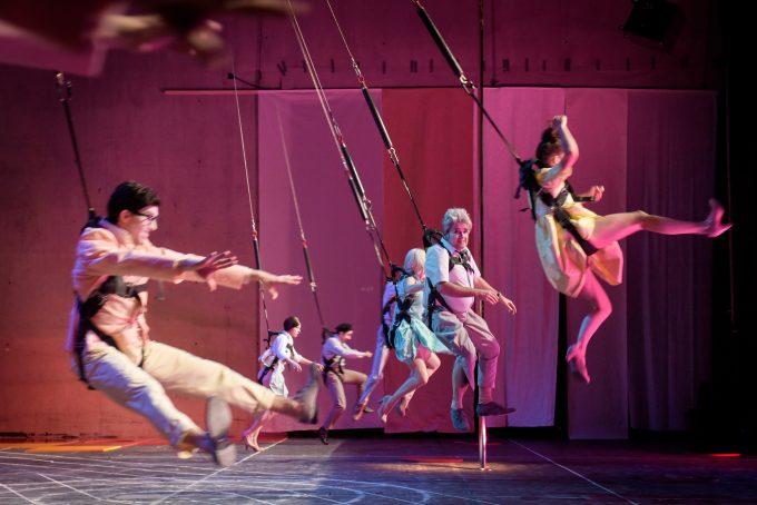 Herbert Fritschs Ensemble hängt in den Seilen: Florian Anderer, Jule Böwe, Bastian Reiber, Ruth Rosenfeld, Ingo Günther, Carol Schuler (.v.l.) – Foto: Thomas Aurin