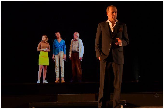 Virtuell: Johanna Griebel, Anke Engelke, Werner Rehm, davor Peter Lohmeyer in echt – Foto: Mehmet Dedeoglu / Dedepress