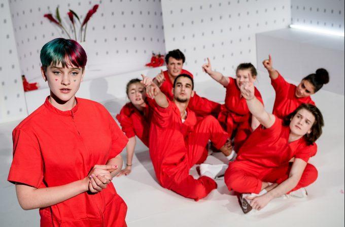 Angry young Women: Livia Marlene Wolf, Marthe Müller Lütken, Bruno Liebler, Eren Gündar, Emmi Büter, Peter Steden und Chenoa North-Harder – Foto: Arno Declair