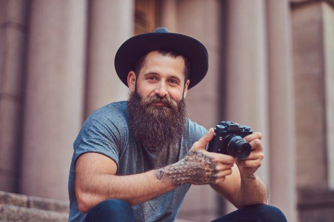 Der bärtige, tätowierte Klischee-Hipster. Wer sich davon noch abheben will, muss blanke Haut zeigen – und ein täglich glattrasiertes Gesicht. 5) fotolia.com © kab-vision