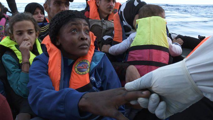 Der Helfer trägt PlastikhandschuheFoto: Peter Indergand/Majestic/Zero One Film