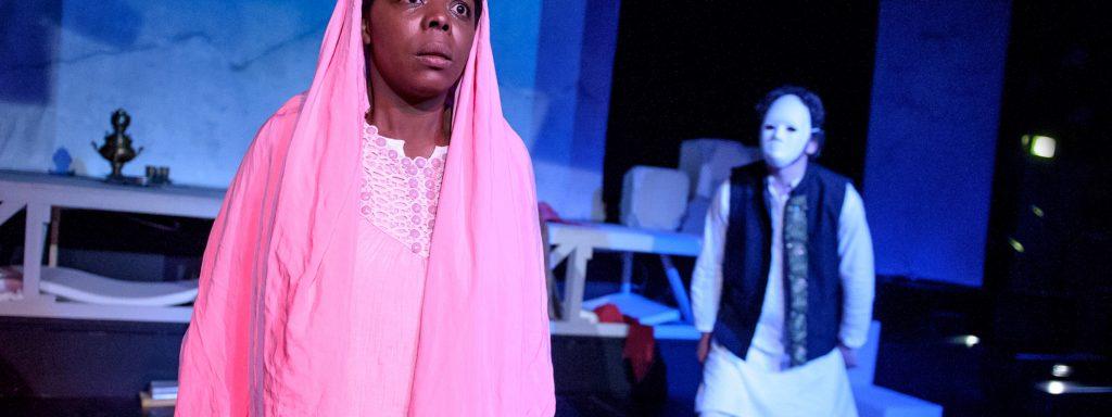 Dela Dabulamanzi (li.) als Malala Yousafzai – Foto: Jörg Metzner