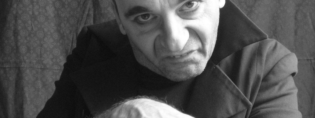 Christoph Schüchner spielt einen (sich) in Selbstüberschätzung gefallen(d)en Theaterkritiker – Foto: metzner&schüchner