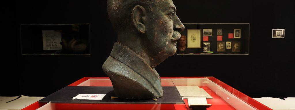 Büste, Fotos, Plakate, Druckwerke – und die Fotografien von Häftlingen: Die Ausstellung fokussiert auf Stalins 70 Geburtstag und seinen Tod, als der Kult um den Diktator seine Höhepunkte erreichte © Gedenkstätte Berlin-Hohenschönhausen