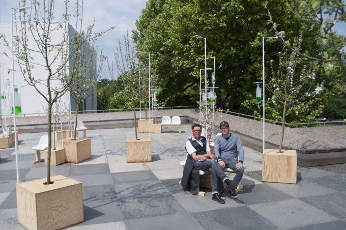 Künftige Schattenspender am überhitzten Kulturforum: Apfelbäumchen am Düngertropf von Ton Matton und Björn Ortfeld © Sarah Bergmann